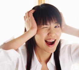 キンキン声に悩む女性